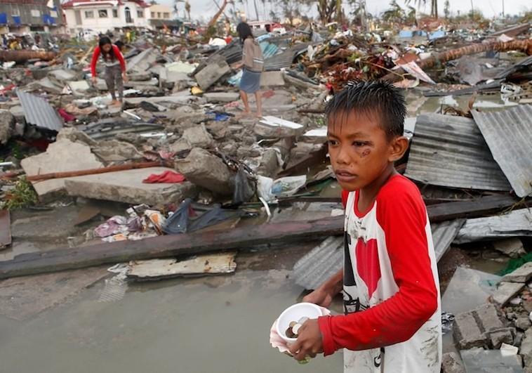 jongetje_in_tacloban
