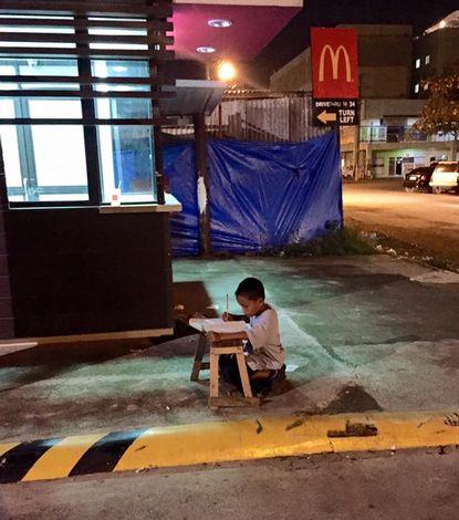 Jongetje_huiswerk_McDonalds